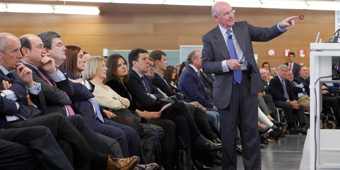 Pedro Luis Uriarte en la presentación de su obra. Deusto Business Alumni Bilbao.