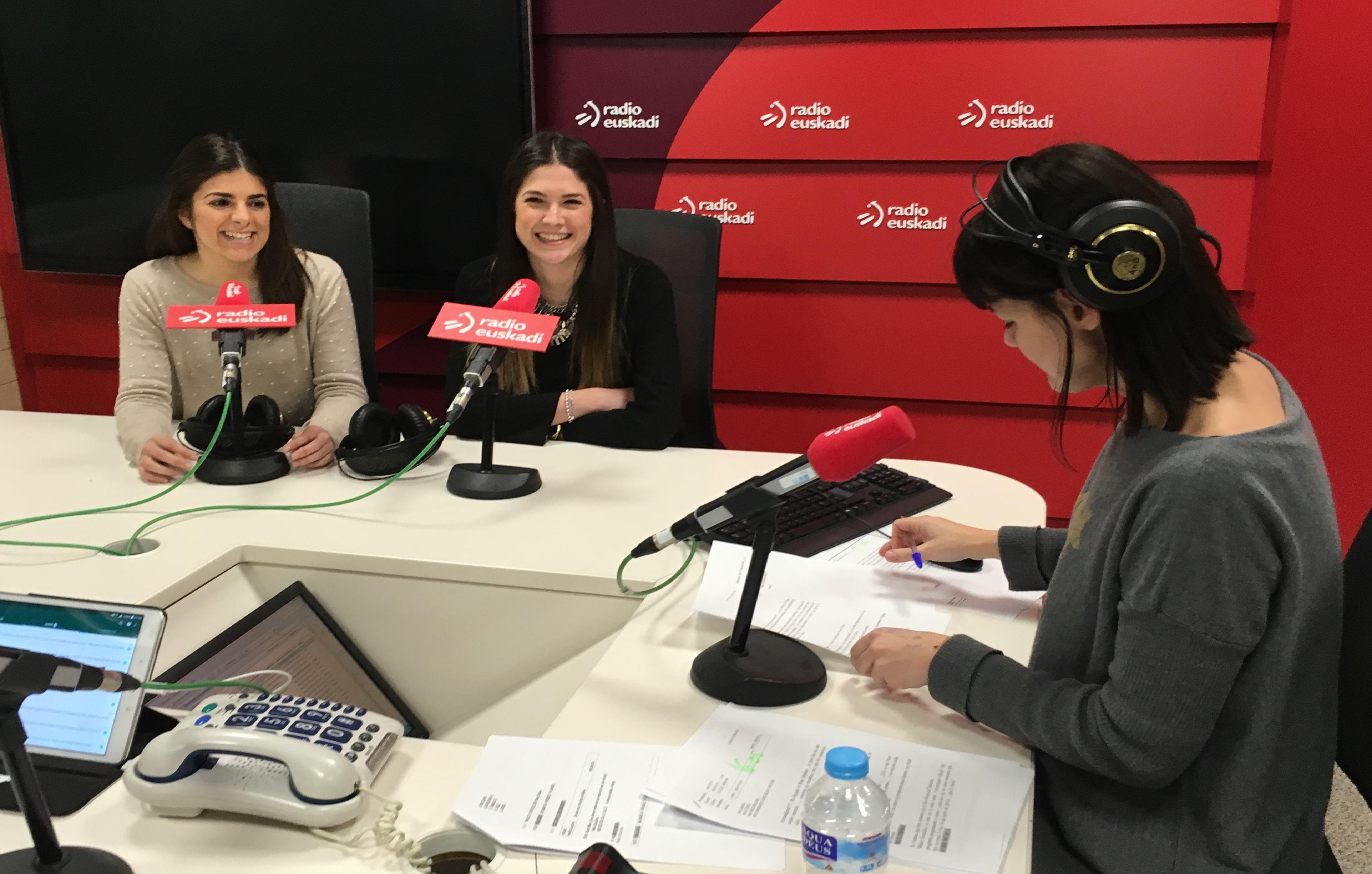 Iratxe Enderika e Irune Díez, parte del equipo de Pedro Luis Uriarte, en el programa Graffiti de Radio Euskadi.